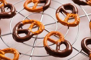 pretzels bedekt met pure chocolade foto