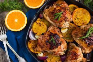 gebraden kip met sinaasappels en kruiden foto