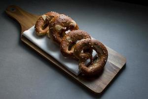 breze / brezn / pretzels op een breadboard foto