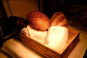 brood en broodjes in houten kist foto