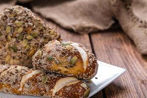 vers gebakken krakelingbroodjes (met zaden) foto