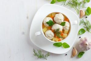 soep met kipballetjes en groenten