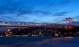 Fatih Sultan Mehmet-brug 's nachts Istanbul / Turkije. foto