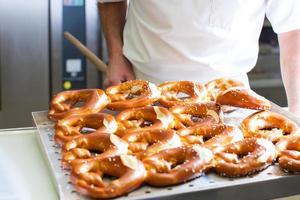 mannelijke bakker in bakkerij foto