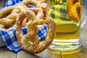 vers gebakken zelfgemaakte zachte pretzels bestrooid met grof zout foto