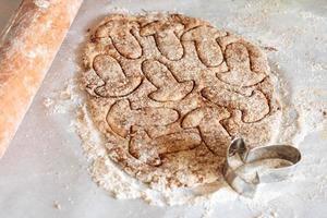 het bereiden van gezouten koekjes met champignons foto