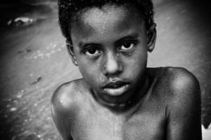 jongen op Caribisch strand foto