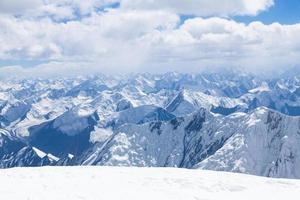 uitzicht op de bergen vanaf de top van lenin piek in Pamir foto