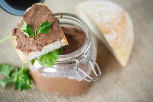 zelfgemaakte leverpastei met brood foto