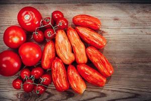 drie soorten rijpe tomaten: gespikkelde roman, gans griekse, kers foto