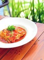 rundvlees lasagne op de houten tafel foto