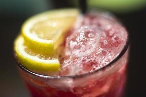 lijn van verschillende gekleurde alcohol cocktails op evenement openluchtfeest