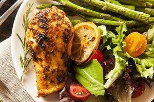zelfgemaakte kip met citroen en kruiden foto