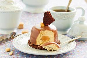 cakes met pindamousse en chocolade. foto