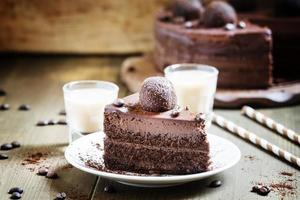 stuk chocoladetaart met een Ierse koffie