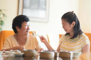 Aziatische familie dineren foto