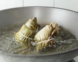 zongzi in een wok foto