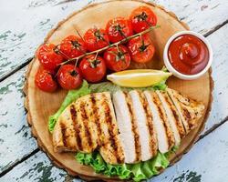 kipfilet grill groentensaus foto