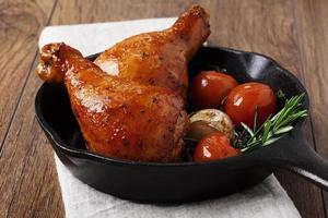 gebakken kippenpoten in een pan foto