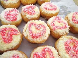 veel donut en aardbeienjam foto