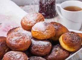 vallende poedersuiker op donuts foto