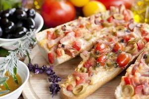 warme broodjes met ham en olijven foto