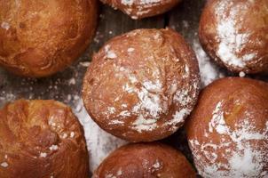 close-up op heerlijke donuts met poedersuiker op foto