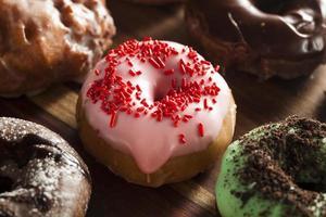 diverse zelfgemaakte gastronomische donuts foto