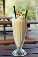glas ijskoffie buiten op een picknickbank foto