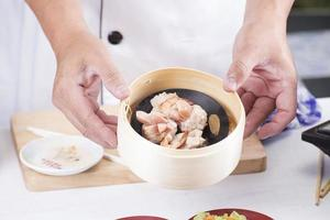 chef presenteerde stoomgehakt varkensvlees en worst Chinese dim sum foto