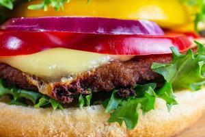 close up van hamburger op witte plaat foto