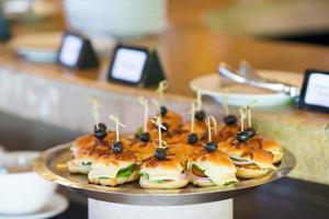 smakelijke mini hamburgers schuifregelaars op plaat foto