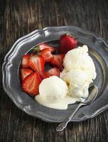 vanille-ijs met aardbei