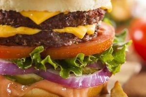 runderkaas hamburger met sla tomaat foto