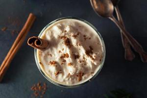 huisgemaakte eierpunch ijs milkshake foto