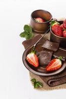 aardbeien en chocolade op witte achtergrond foto