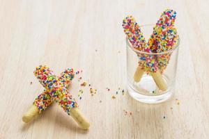 zoete broodstengels bestrooid met suikergoed waar kinderen dol op zijn. foto