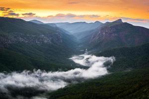 linville rivier van mist foto
