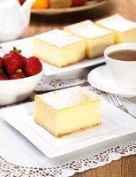 cheesecake geserveerd met aardbeien foto