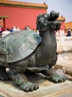 bronzen schildpad sculptuur in de verboden stad, Peking foto