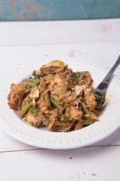 groentesalade met zoete en hartige pindakaas saus