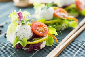 gezonde rijst canapé met eiwitkaas en cherrytomaat foto