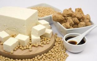 een tafel gevuld met sojaproducten