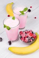 bevroren milkshakes van zomerbessen foto
