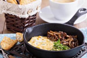 vegan tofu omelet met champignons en pesto foto