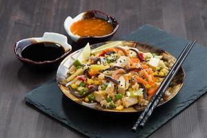 gebakken rijst met tahoe, groenten en sauzen