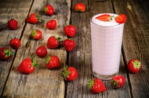 Aardbeienmilkshake met aardbei foto