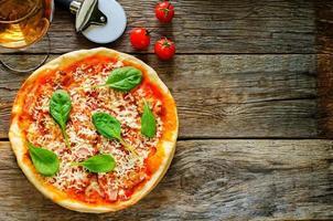pizza met spek, mozzarella en spinazie foto