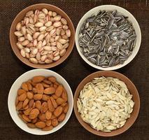 verscheidenheid van noten in ballen bij het ontslaan foto