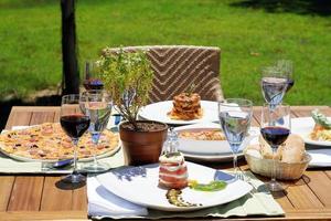 Italiaans eten op tafel foto